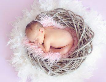 Neonato dorme , bambini malattie infiammatorie croniche intestinali