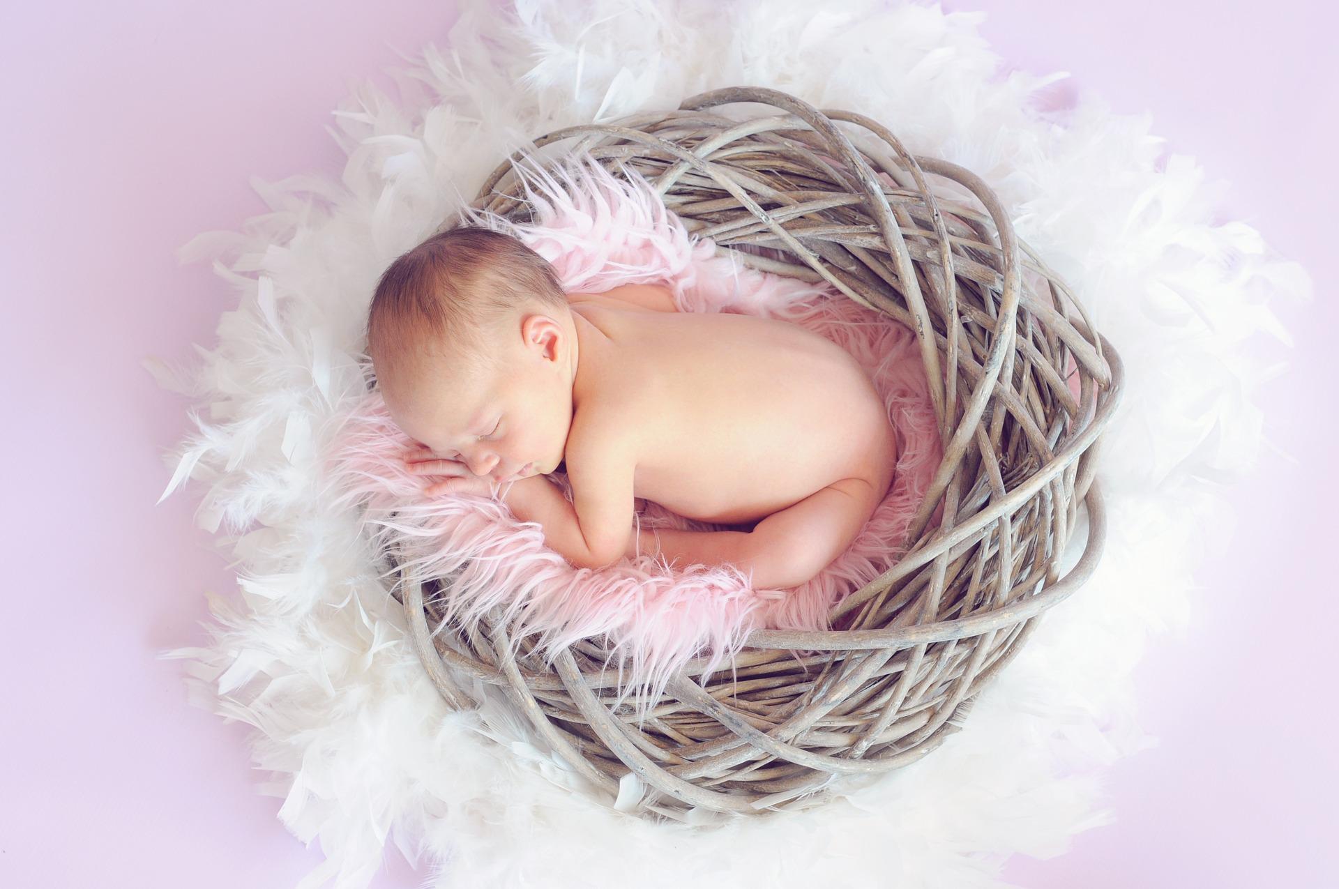 Neonato dorme , bambini malattie infiammatorie intestinali